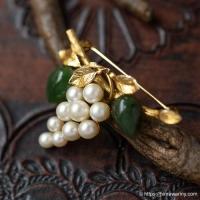 IPS-K12金-真珠と翡翠の葡萄・ヴィンテージ・ブローチ(刻印)