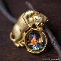 JJ-金魚鉢の中の金魚を狙う猫ブローチ