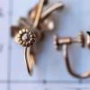 Krementz 真珠−野の花イヤリング(ロゴマーク・スクリュー)