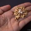 Trifari トリファリ-ゴールド&パール鳥の巣ブローチ(大きさ感)